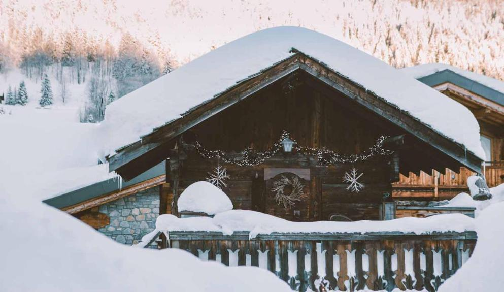 Stay in this luxurious antique ski lodge, with hot tub, apres ski arctic hut and cozy double bed, its perfect for a romantic getaway. Situated in the picturesque French mountain village of Les Gets, you're no far than a few steps from the ski slopes, bars and restaurants. Book now for winter 2021.